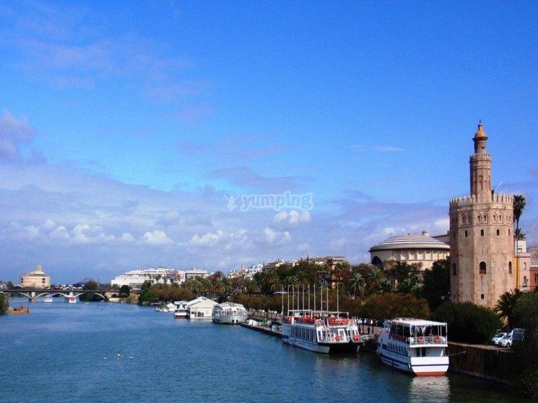 Descubre Sevilla desde un barco