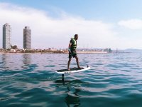 eFoil sulla costa di Barcellona