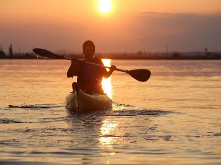 Rilassato nel mare con la canoa