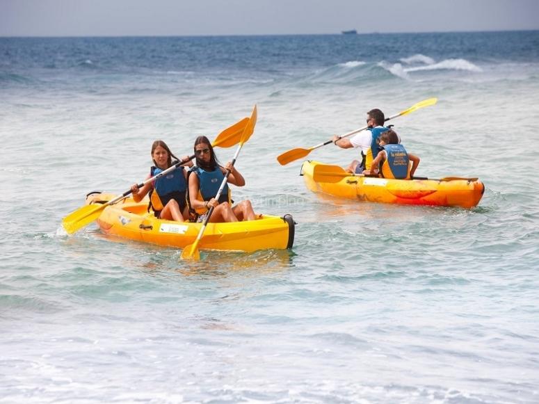 Amici che fanno la loro avventura in kayak
