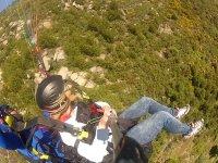 滑翔伞在与乘客