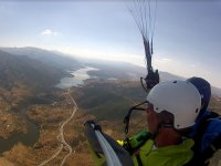 从晴天空中滑翔伞