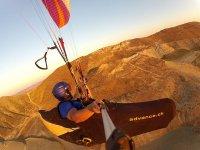 Probando滑翔伞串联滑翔伞看着江水只有