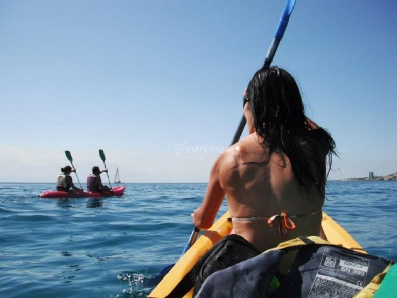 在海边划桨