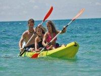 十足的趣味徽标皮艇皮艇在马洛卡在Andratx的