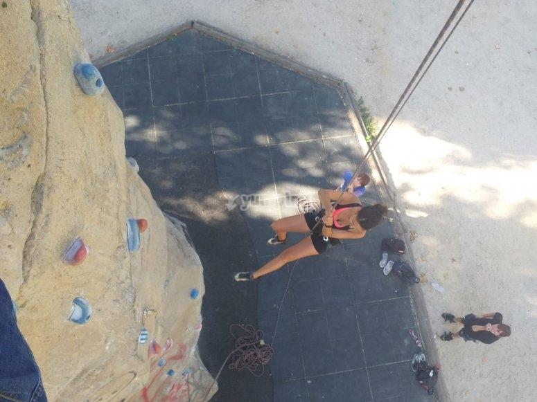 Arrampicare in una parete da arrampicata all'aperto