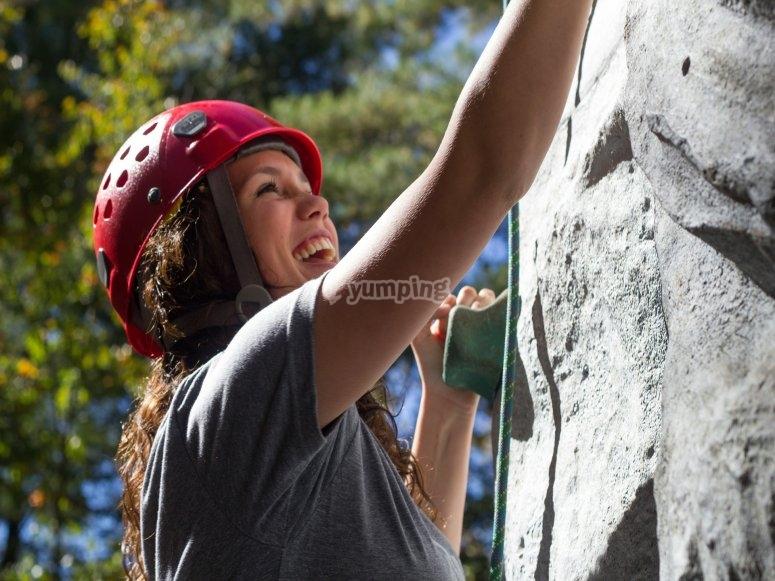 Arrampicare in una parete da arrampicata