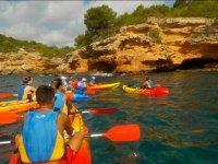 Gruppo pagaiare con il kayak