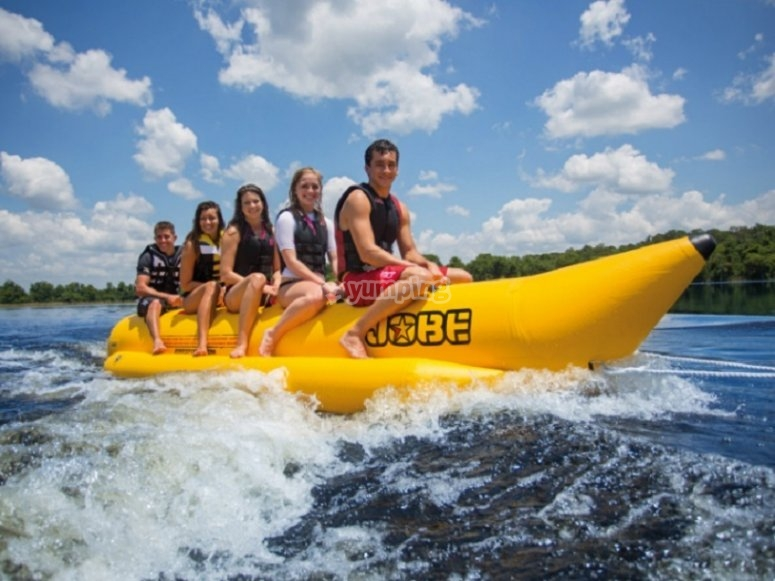 Amigos sentados en la banana boat