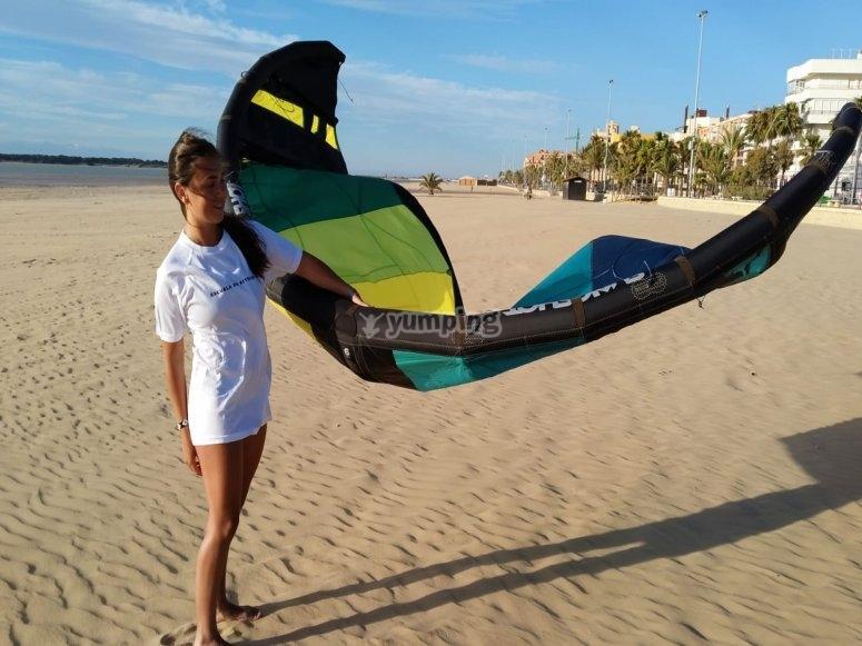 与朋友一起风筝冲浪