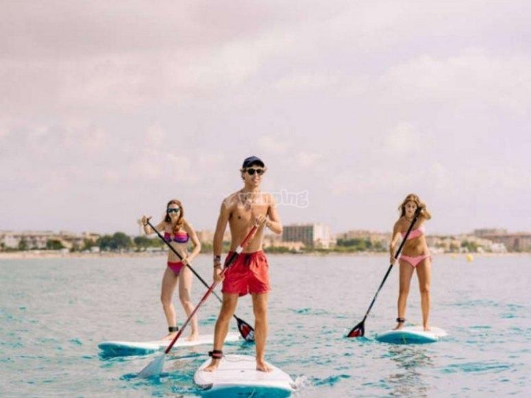 朋友们进行划桨冲浪