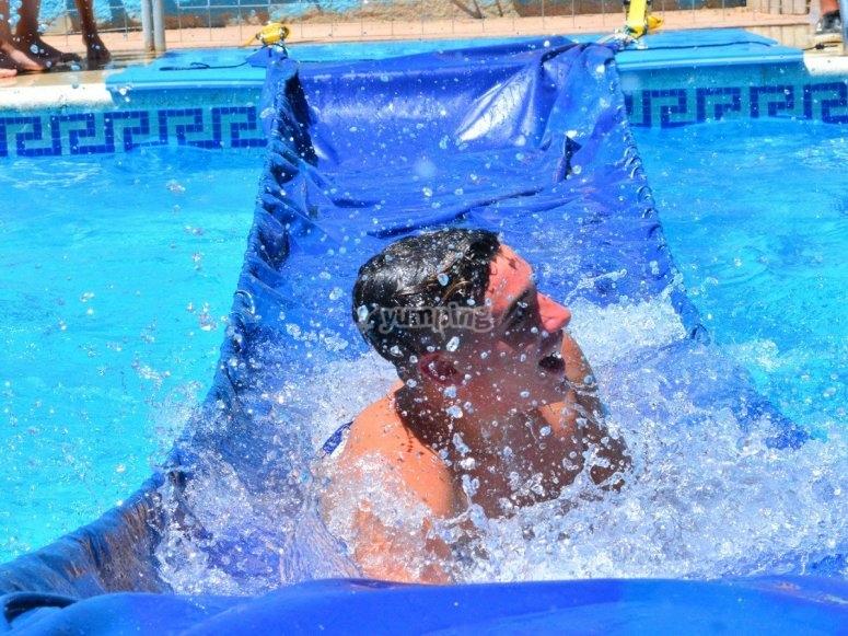 Actividades acuáticas en la piscina