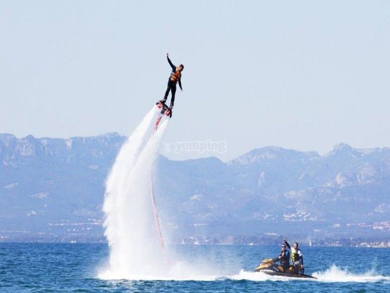 飞离水面15米