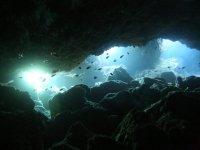 在海底洞穴中钓鱼