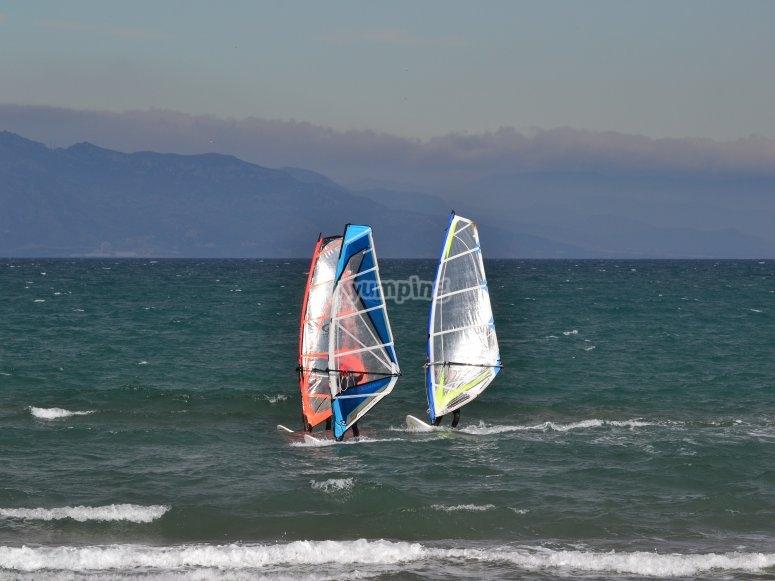 Riumar海滩的帆板课程
