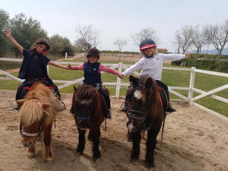 Montadas en sus ponis