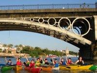 Niños disfrutando de ruta en kayak