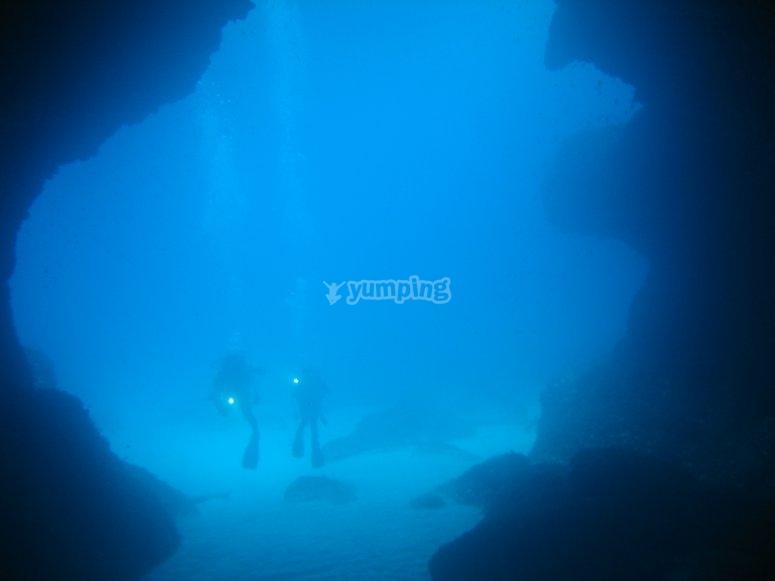 探索水下洞穴