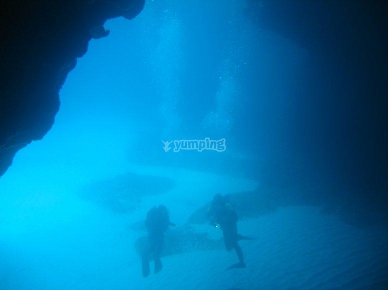 在福门特拉岛洞穴潜水