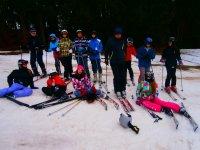 Adolescentes en clase de esqui