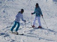 Pareja aprendiendo a esquiar