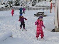 Peques aprendiendo a esquiar