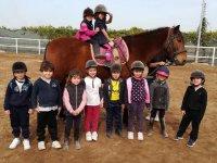 Los niños posando con el equino