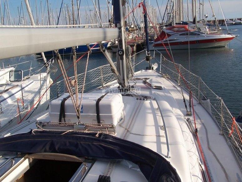Rotta della barca a vela lungo la costa di Barcellona