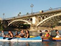 Amigos disfrutando de ruta de kayak