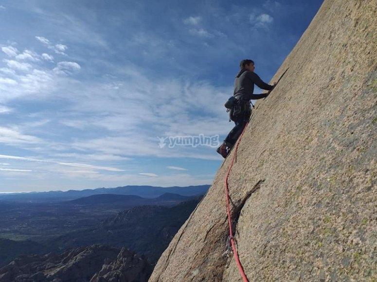 Equipada con el material de escalada