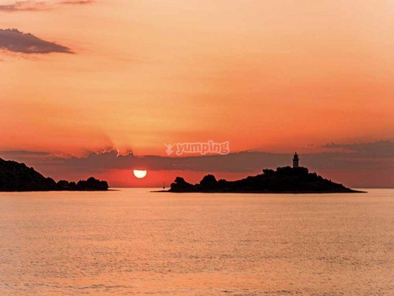 黎明时穿过马略卡岛乘船游览