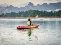 享受独木舟游览