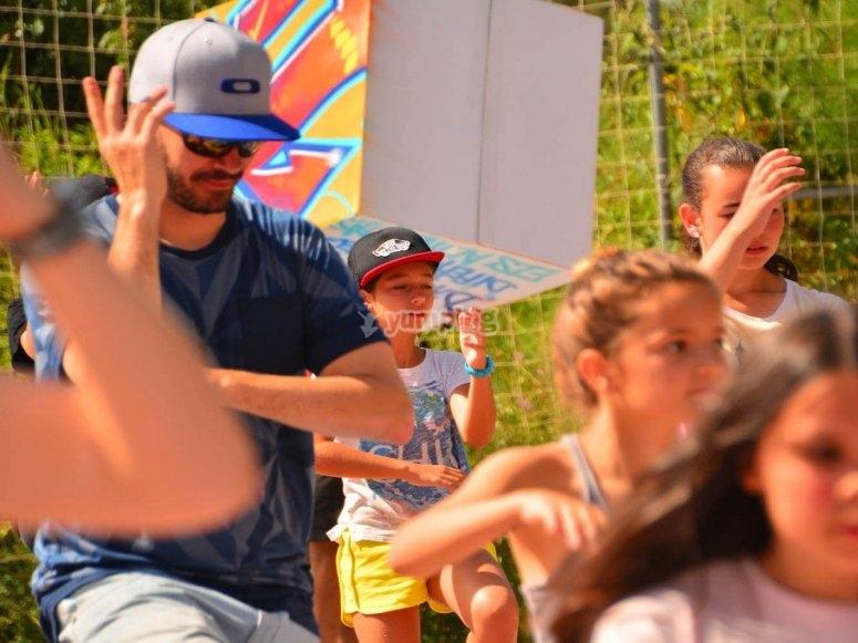 Clase de baile urbano en el campamentoo