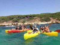 Grupo de chicos y chicas en kayaks