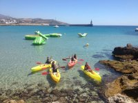 Kayaks en aguas cristalinas