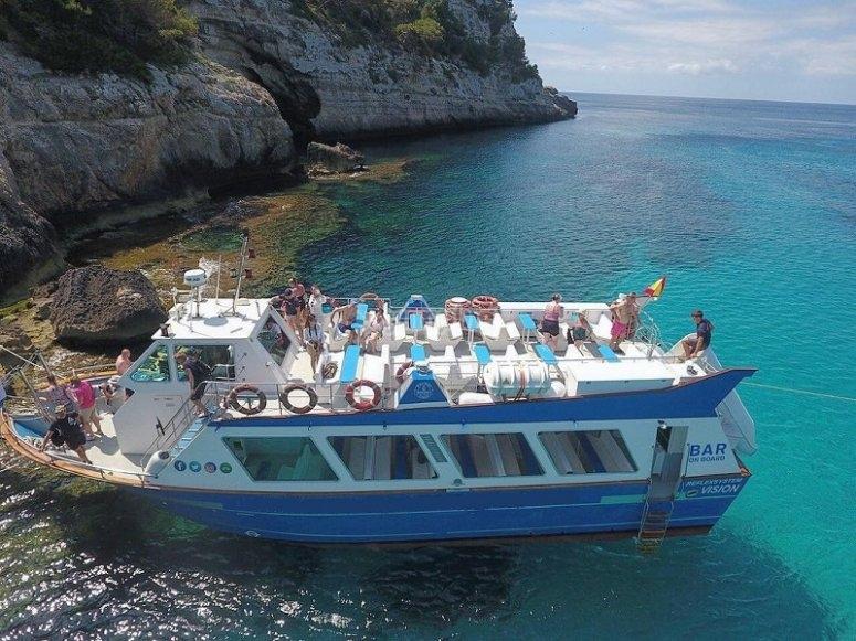 游览梅诺卡岛的小海湾