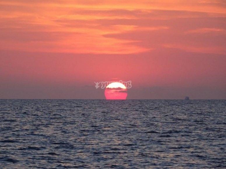 在日落时在坎塔布连海的
