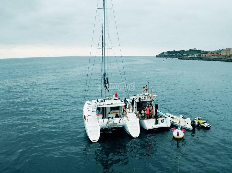 双体船和游艇离岸
