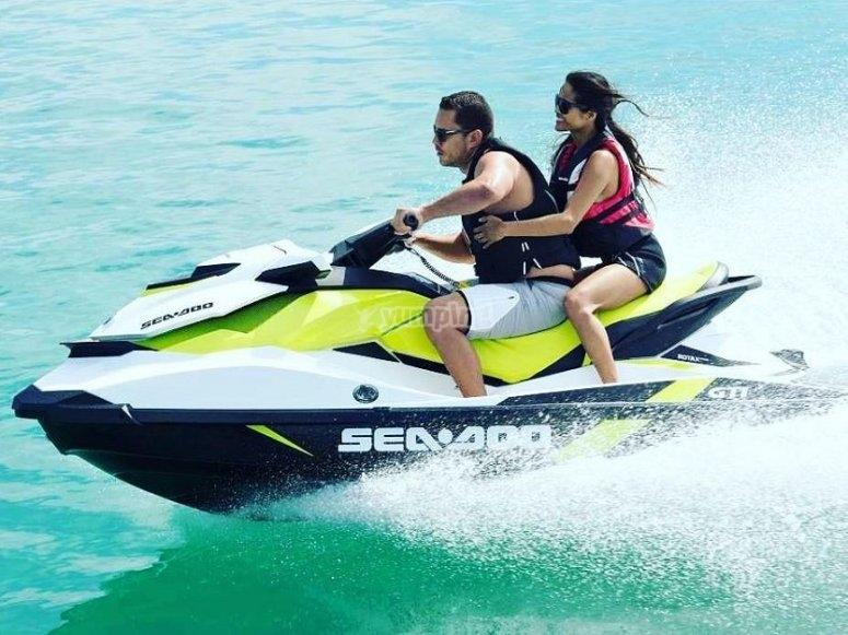 Recorriendo Benidorm en moto de agua en pareja