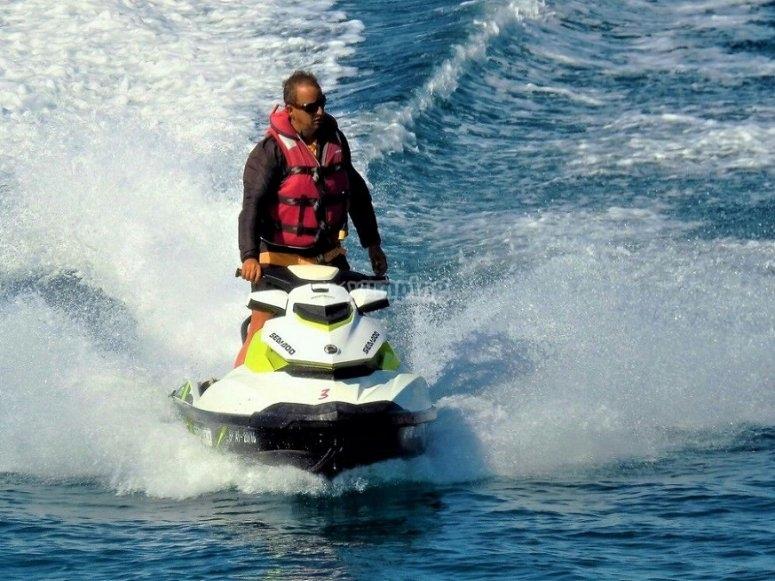 Disfrutando de la moto de agua