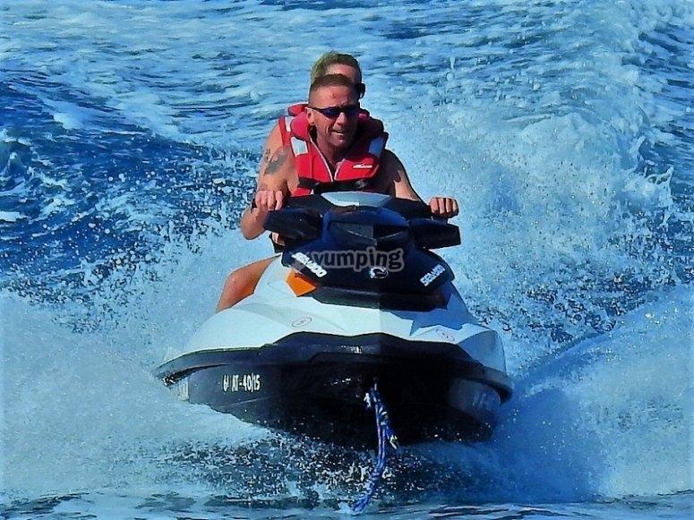 Manejando la moto acuática