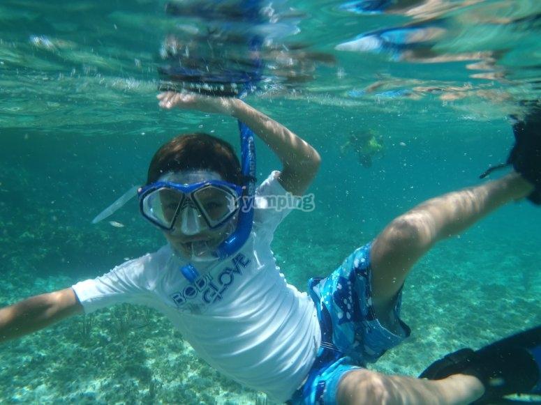 在贝尼多姆与儿童一起潜水