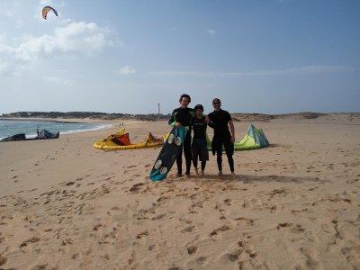 与朋友一起参加风筝冲浪课程@ 7小时