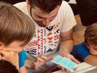 Ensenando trucos de magia en el campamento