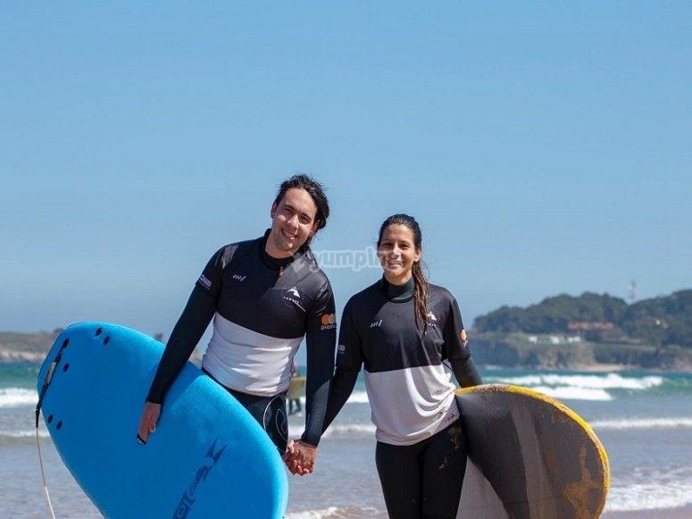 Pareja tras realizar surf