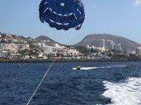 在阿德赫海岸进行滑翔伞比赛1小时