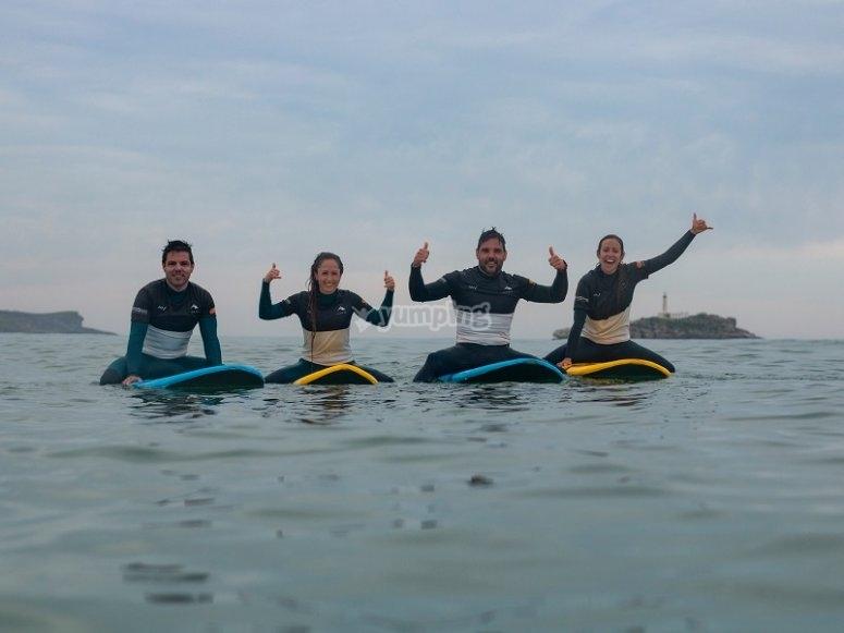 El grupo sobre las tablas de surf