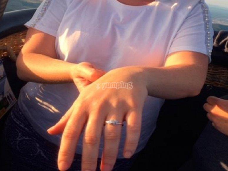 展示他的戒指