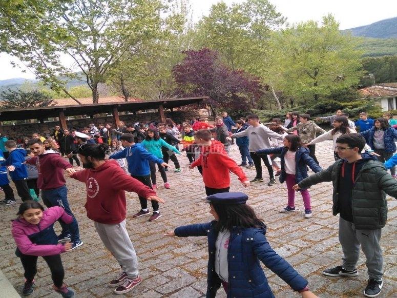 Bailes y diversión en el campamento de inglés