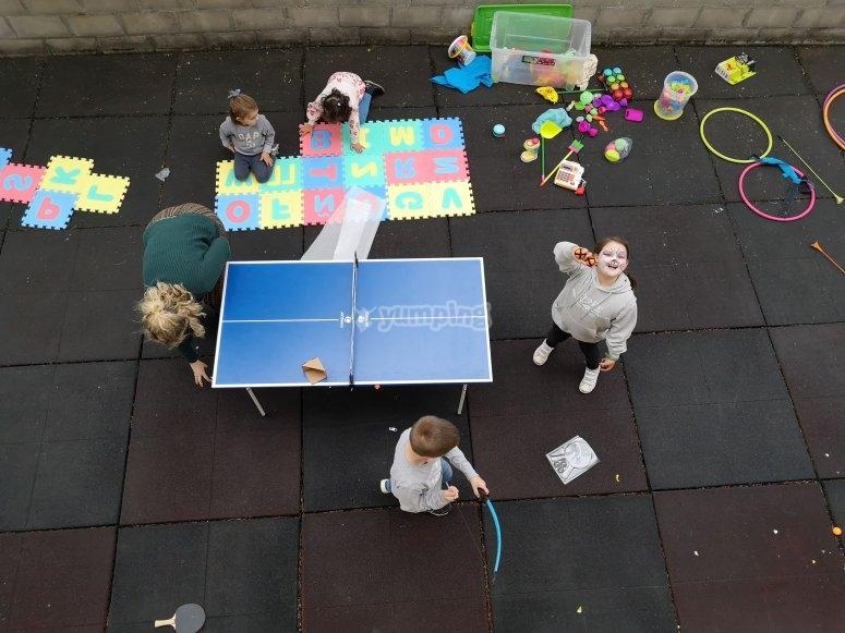 Jugando en el patio con los amigos